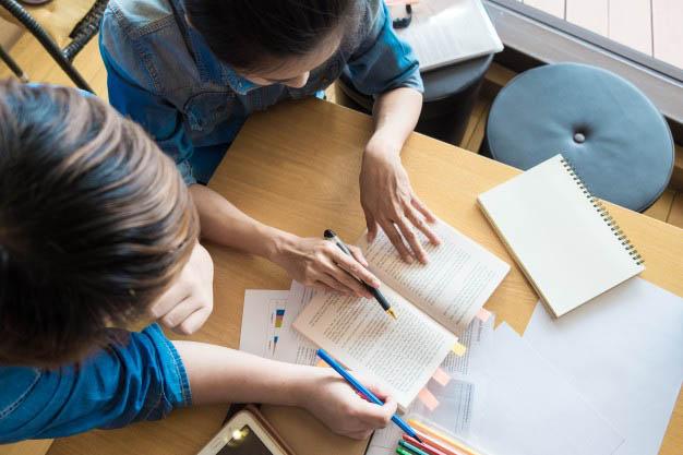 tutor de la sesiones presenciales en un contrato para la formacion y el aprendizaje